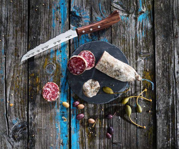 Produktfotografie: Packshot von Wurst und Messer